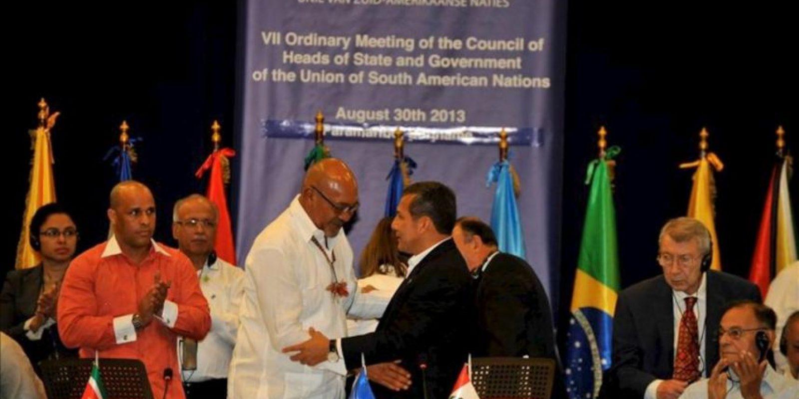 Fotografía cedida por Andina del presidente peruano, Ollanta Humala (c-d), saludando a su par de Surinam, Desire Bouterse (c-i), durante la VII Cumbre ordinaria de la Unión de Naciones Suramericanas (Unasur en Paramaribo (Surinam). EFE