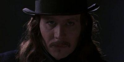 Gary Oldman interpretó a Drácula en una muy digna versión. Le dio el cariz de hombre atormentado por su propia condición, pero determinado, cruel y en últimas, muy necesitado de amor. Eso sí, nunca obvio, y sin prejuicio moral alguno. Foto: RandomRamblings
