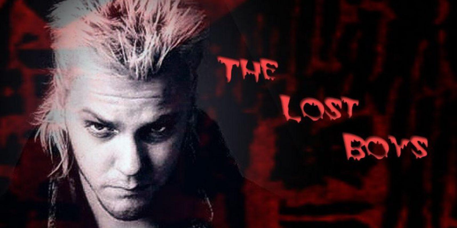 Loco, rebelde, desenfrenado. No brillaba. Así era Kiefer Sutherland en 'Los muchachos perdidos', en los años 80. El primer vampiro pandillero del cine. Foto: Sodahead.