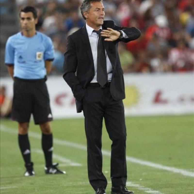 El entrenador del Elche CF, Fran Escribá, durante el partido, correspondiente a la tercera jornada de Liga en Primera División, que UD Almería y Elche CF disputaron en el estadio de los Juegos Mediterráneos, en Almería. EFE