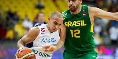 El jugador Guilherme Giovannoni (d) de Brasil disputa el balón con Carlos Arroyo de Puerto Rico, durante la primera jornada del Premundial de las Américas de Baloncesto que se disputa en Caracas (Venezuela). EFE