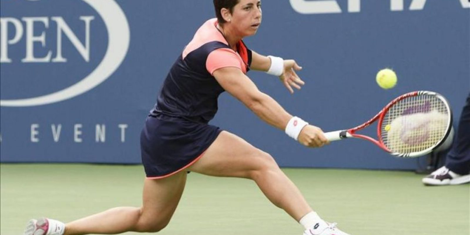 La tenista española Carla Suárez Navarro devuelve una bola a la china Jie Zheng, durante el partido de la quinta jornada del Abierto de tenis de Estados Unidos que se disputa en Flushing Meadows, Nueva York (EE.UU.), el 30 de agosto del 2013. EFE