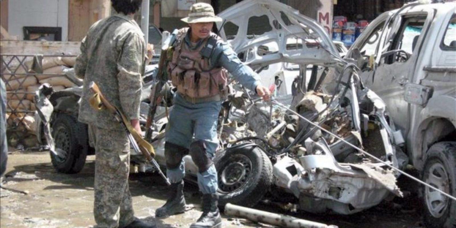 El atentado tuvo lugar en las puertas de una sucursal del Banco de Kabul, donde decenas de personas, en su mayoría funcionarios, se aprestaban a retirar sus salarios. EFE