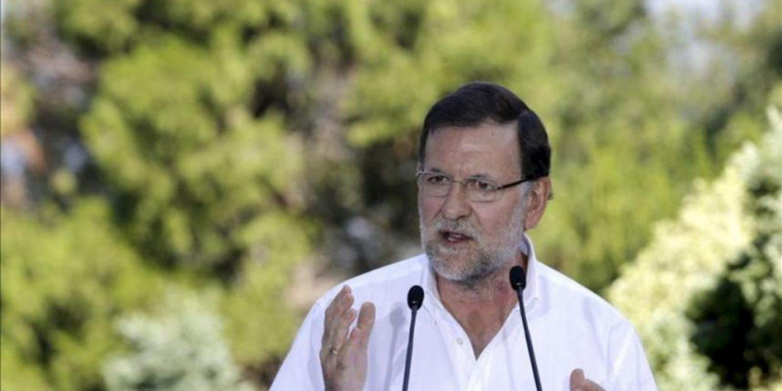 """El presidente del Gobierno, Mariano Rajoy, durante su intervención en el acto político que ha celebrado hoy el PP en el castillo de Soutomaior, en la que ha asegurado que el año que viene anunciará una bajada de impuestos y ha augurado una salida de la recesión en los próximos meses toda vez que la economía española está """"a las puertas"""" de crecer. EFE"""