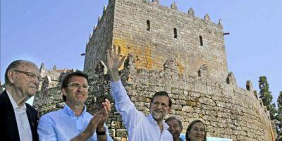 El presidente del Gobierno, Mariano Rajoy (2-d), saluda junto al titular de la Xunta, Alberto Núñez Feijóo (2-i); el expresidente Gerardo Fernández Albory la ministra de Fomento, Ana Pastor, al final del acto político que ha celebrado hoy el PP en el castillo de Soutomaior. EFE