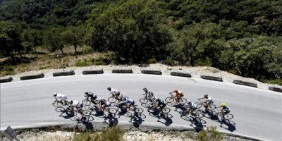 Varios corredores durante la octava etapa de a Vuelta Ciclista a España-2013, que ha partido de la localidad gaditana de Jerez de la Frontera y finaliza en el alto de Peñas Blancas del municipio malagueño de Estepona, con un recorrido total de 166,6 kilómetros. EFE