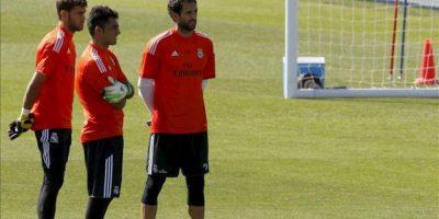 El portero del Real Madrid Diego López (d), junto a dos compañeros, durante el entrenamiento realizado esta tarde en la Ciudad Deportiva de Valdebebas, donde preparan el partido de liga que les enfrenta al Athletic Club en el estadio Santiago Bernabéu. EFE