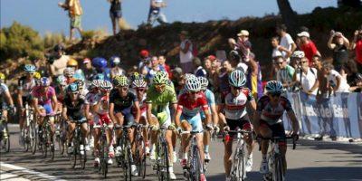 El pelotón en el tramo final de la octava etapa de a Vuelta Ciclista a España-2013, que ha partido de la localidad gaditana de Jerez de la Frontera y finaliza en el alto de Peñas Blancas del municipio malagueño de Estepona, con un recorrido total de 166,6 kilómetros. EFE