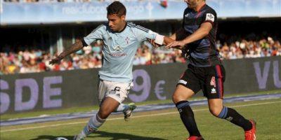El defensa del Celta de Vigo Hugo Mallo (i) pelea un balón con el centrocampista del Granada Fran Rico, durante el partido de la tercera jornada de liga en Primera División. EFE