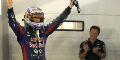 El piloto alemán Sebastian Vettel (I), del equipo Red Bull Racing, celebra su triunfo mientras aplaude Christian Horner, su director en el equipo austriaco, tras el GP de Singapur. EFE.