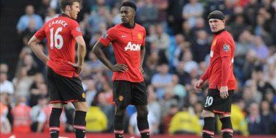 (I-D) Los jugadores del Manchester United Michael Carrick, Antonio Valencia y Wayne Rooney reacciona tras encajar uno de los goles del Manchester City en el Etihad Airways de Manchester, Reino Unido. EFE