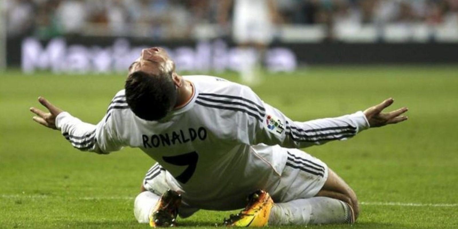 El delantero portugués del Real Madrid Cristino Ronaldo se lamenta durante el partido correspondiente a la quinta jornada de Liga BBVA que se disputó en el estadio Santiago Bernabéu. EFE