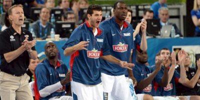 Los jugadores franceses celebran una de las canastas que han guiado a Francia hacia su primer Europeo de baloncesto. EFE