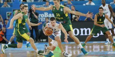 El base francés Nando De Colo (c) en acción contra el lituano Robertas Javtokas durante la final del Europeo de baloncesto que se ha jugado en Eslovenia. EFE