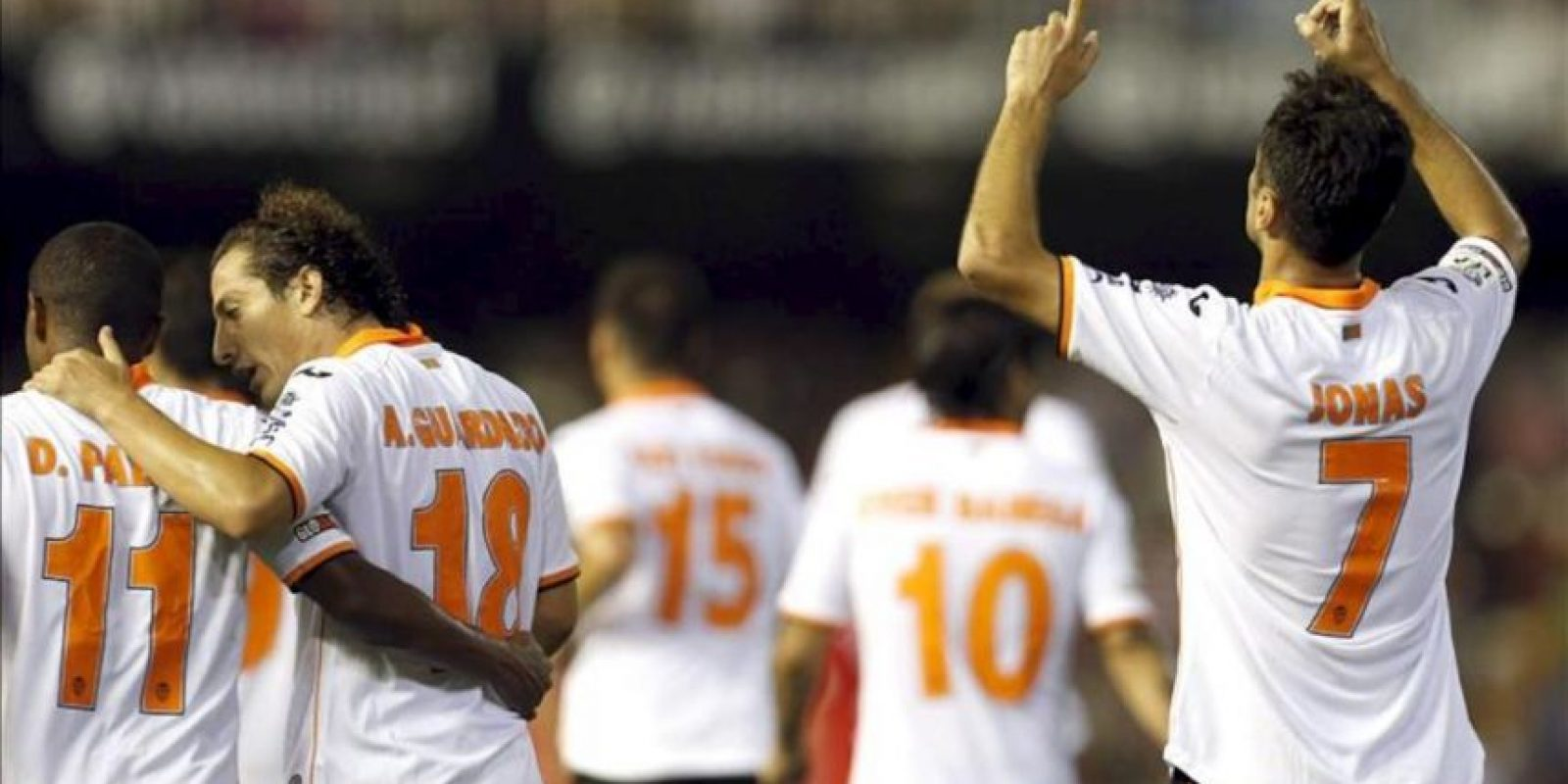 El jugador del Valencia, Jonas Goncalves (dcha). celebra el primer gol marcado al Sevilla durante el partido de la quinta jornada de la Liga BBVA. EFE