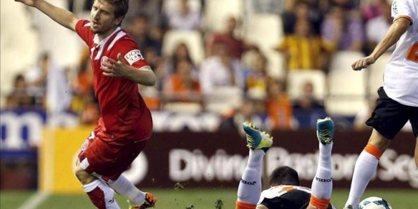 El jugador del Sevilla, Marko Marin, reacciona tras una entrada del Valencia, Javi Fuego (d), durante el partido de Liga BBVA. EFE