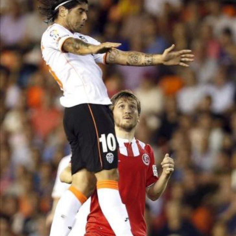 El jugador del Valencia, Ever Banega, controla el balón ante el del Sevilla, Marko Marin, durante el partido de Liga BBVA. EFE