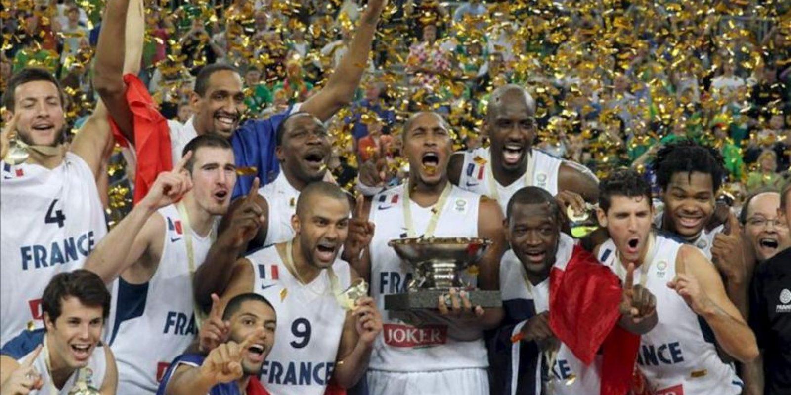 Los jugadores de la selección francesa celebran su primer título de Europeo al ganar en la final a Lituania en Eslovenia. EFE. EFE