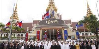 El Rey Norodom Sihamoni (centro) posa junto a diplomáticos y miembros del Parlamento durante la ceremonia de apertura de la Asamblea Nacional en Phnom Penh (Camboya) hoy, lunes 23 de septiembre. EFE