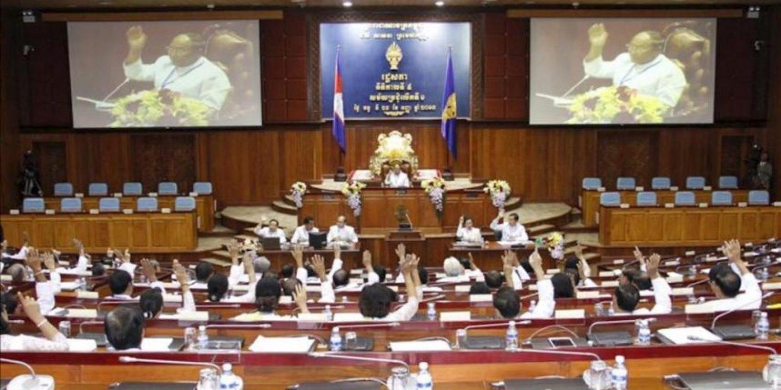 Fotografía facilitada hoy, lunes 23 de septiembre de 2013 que muestra la sesión de apertura de la Asamblea Nacional camboyana hoy, lunes 23 de septiembre. EFE