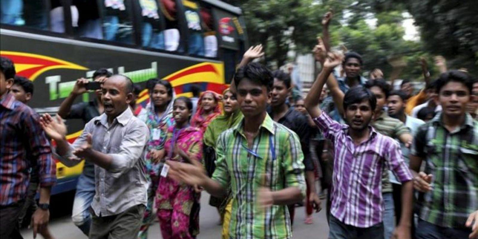 Trabajadores de la industria textil gritan consiignas durante unas protestas en Dacca (Bangladesh) hoy, lunes 23 de septiembre. EFE
