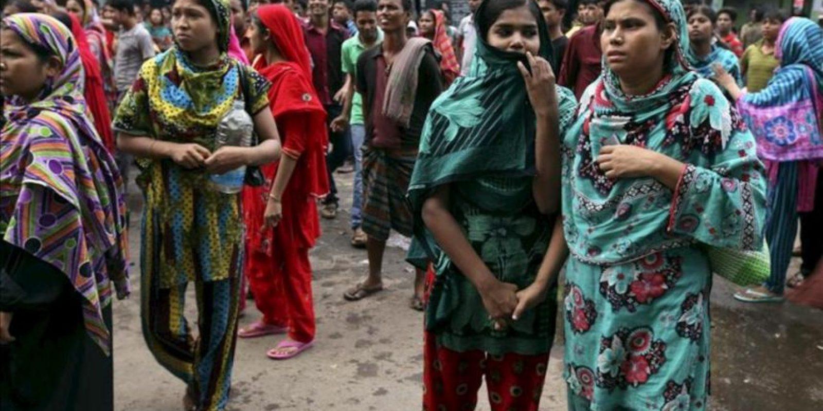 Trabajadores de la industria textil gritan consignas durante unas protestas en Dacca (Bangladesh) hoy, lunes 23 de septiembre. EFE