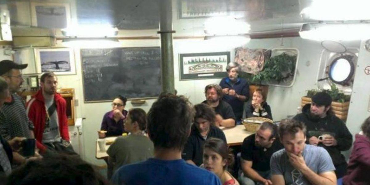 Trasladan a tierra a los activistas del buque de Greenpeace