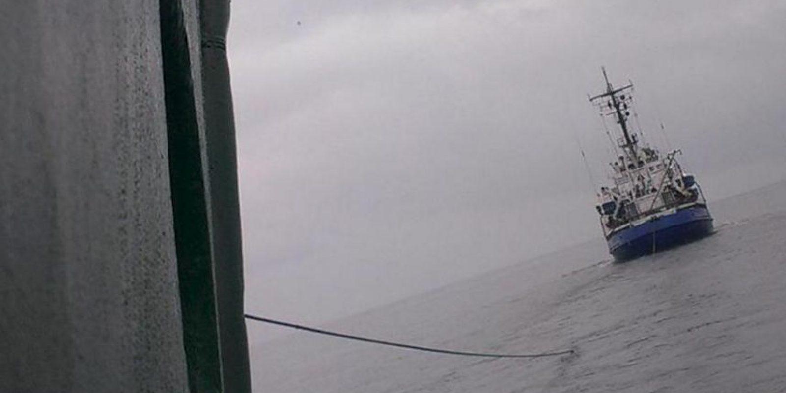 """Fotografía sin fechar facilitada hoy por Greenpeace, que muestra al rompehielos """"Arctic Sunrise"""" de la organización ecologista mientras es remolcado por las autoridades rusas. EFE"""