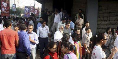 Varios trabajadores son evacuados en Karachi (Pakistán). EFE