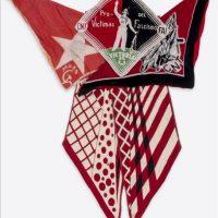 Fotografía facilitada por Bloomsbury Auctions del pañuelo con rastros de sangre que el escritor inglés George Orwell (1903-1950) llevaba cuando fue disparado en el cuello durante la guerra civil española, que saldrá a subasta en Londres el 3 de octubre. EFE