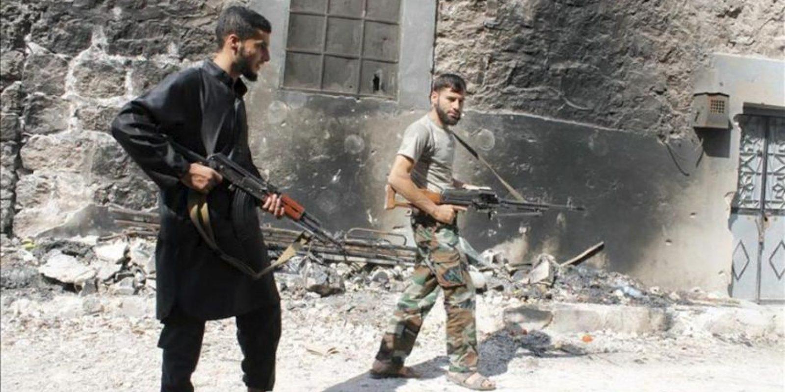 Opositores sirios que se enfrentan a las tropas del régimen de Bashar Al Asad, hoy en el barrio de Sheik Sa'id, al este de Alepo. EFE
