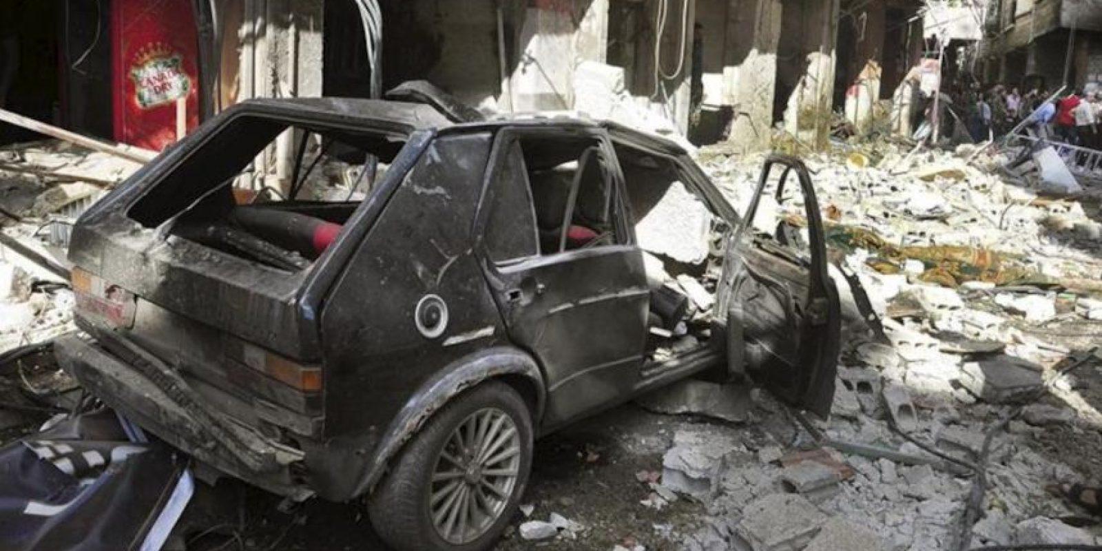 Fotografía cedida por la agencia siria de noticias SANA de un automóvil destrozado en el lugar donde se registó la explosión de un coche bomba en el barrio Al Tadamun, en el sur de Damasco, Siria. EFE