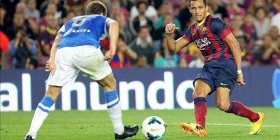 Los delantero chileno del FC Barcelona Alexis Sánchez (d), durante el partido de la sexta jornada de Liga de Primera División disputado en el Camp Nou. EFE