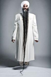 10. El récord de la barba más larga lo tiene el canadiense Sarwan Singh con una medida de 2,13 metros de largo. Crédito: theembiggensproject.wordpress.com