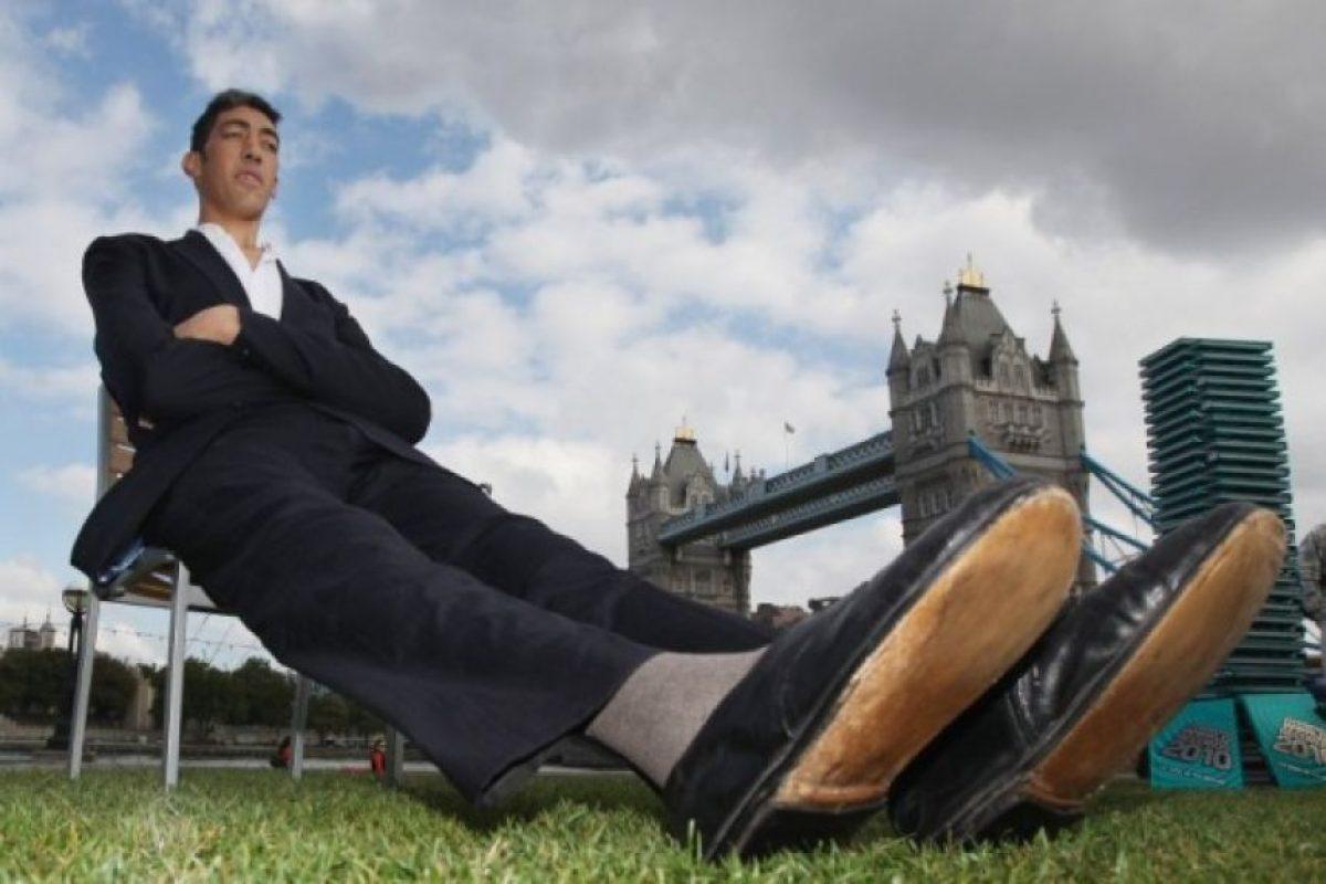 11. El turco Sultan Kosen es considerado el hombre más alto del mundo con una altura de 2,43 metros. Su crecimiento ha sido estabilizado en la Universidad de Virginia tras un tumor que le afectó la glándula pituitaria que le otorgó el récord que hoy posee. Crédito: www.spiegel.de