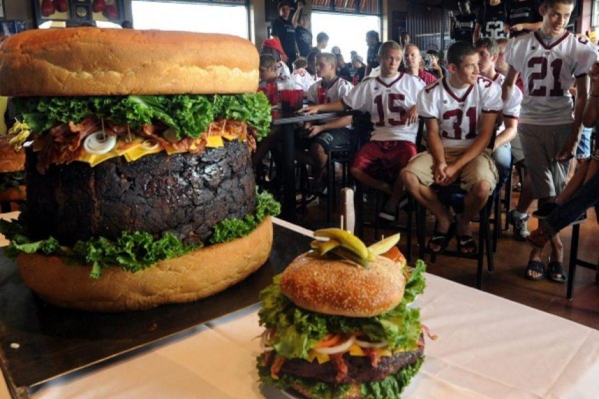 2. El restaurante Mallie's Sports Grill & Bar de Southgate, Michigan, hace la hamburguesa comercial más grande del mundo. El plato cuesta 400 dólares y pesa cerca de 164,8 libras. Crédito: www.thenewsherald.com