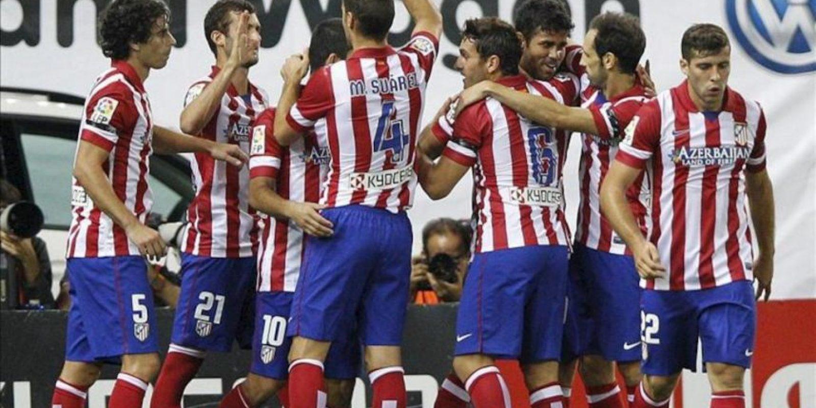 Los jugadores del Atlético de Madrid felicitan al delantero brasileño Diego Costa (3-d) tras marcar su segundo gol ante Osasuna, durante el partido de Primera División que disputaron en el estadio Vicente Calderón, en Madrid. EFE