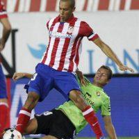 El defensa brasileño del Atlético de Madrid, Joao Miranda (i), disputa el balón con Oriol Riera (d), de Osasuna, durante el partido de Primera División que disputaron en el estadio Vicente Calderón, en Madrid. EFE
