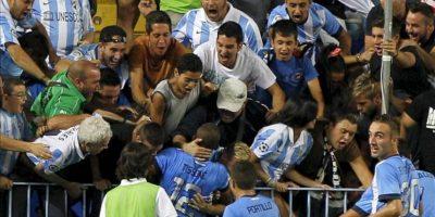El centrocampista argentino del Málaga CF, Fernando Damian Tissone (c), celebra su gol, primero del equipo, con los aficionados, durante el partido de la sexta jornada de Primera División que Málaga y Almería disputaron en el estadio de La Rosaleda, en Málaga. EFE