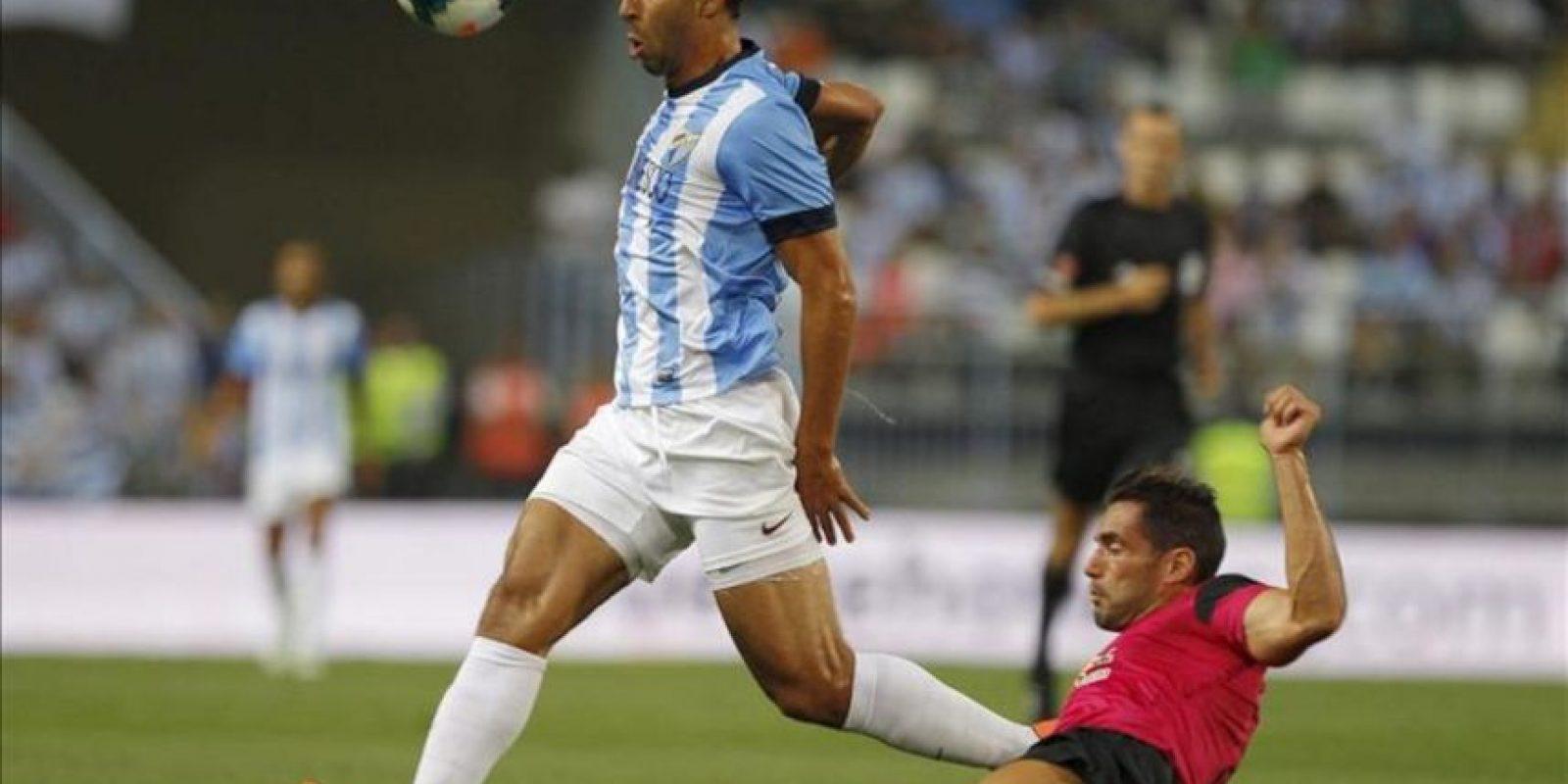 El centrocampista marroquí del Málaga CF, Mounir El Hamdaoui (i), se escapa del defensa argentino de la UD Almería, Ángel Trujillo, durante el partido de la sexta jornada de Liga en Primera División. EFE