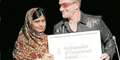 Malala youstafi y bono, líder de U2, sonríen juntos. Foto:AFP