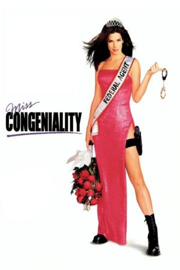 """'Miss Simpatía' Solo 106 millones de dólares recaudó esta película de la que, por demás, se esperaba que fuese """"otra mala comedia de Sandra Bullock"""". Pero ¡oh, sorpresa!: esta agente del FBI que tiene que convivir con toda la cursileria y la parafernalia del reinado de belleza, hizo que Bullock reviviera su carrera, y de paso, le dio un toque distinto a su comedia. Tan recordada es esta película, que incluso Chandler, el cínico personaje de 'Friends', la tiene como guilty pleasure."""