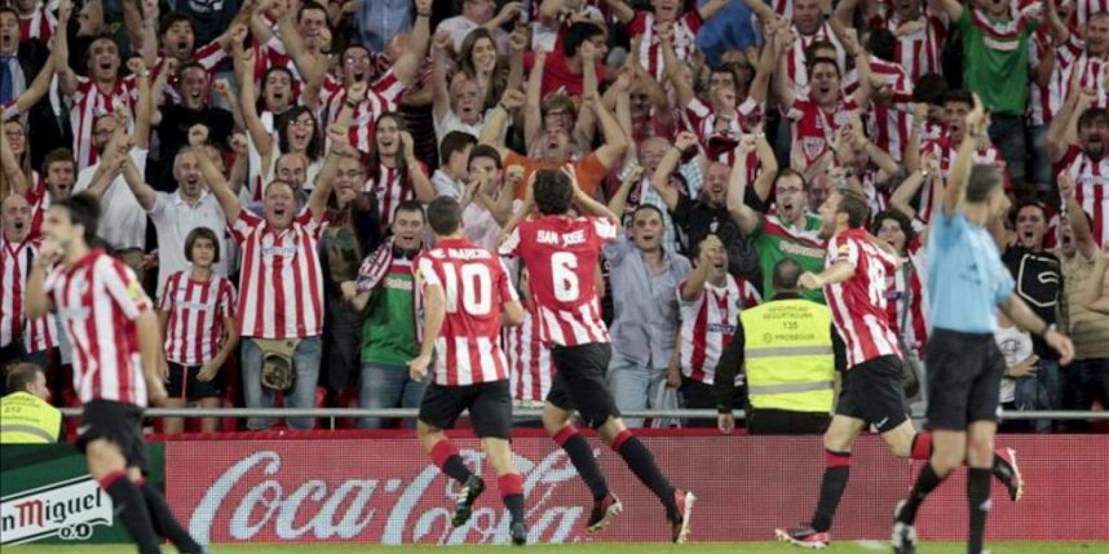 El defensa del Athletic Club Mikel San José (c) celebra con sus compañeros el gol marcado al Real Betis, durante el partido de la sexta jornada de Liga de Primera División disputado en el estadio de San Mamés. EFE