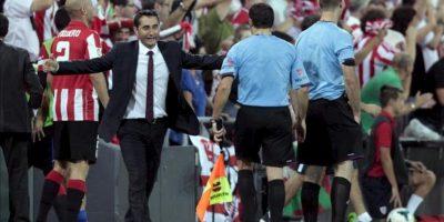 El entrenador del Athletic Club Ernesto Valverde (2i) celebra el 2-1 ante el Real Betis, durante el partido de la sexta jornada de Liga de Primera División disputado en el estadio de San Mamés. EFE