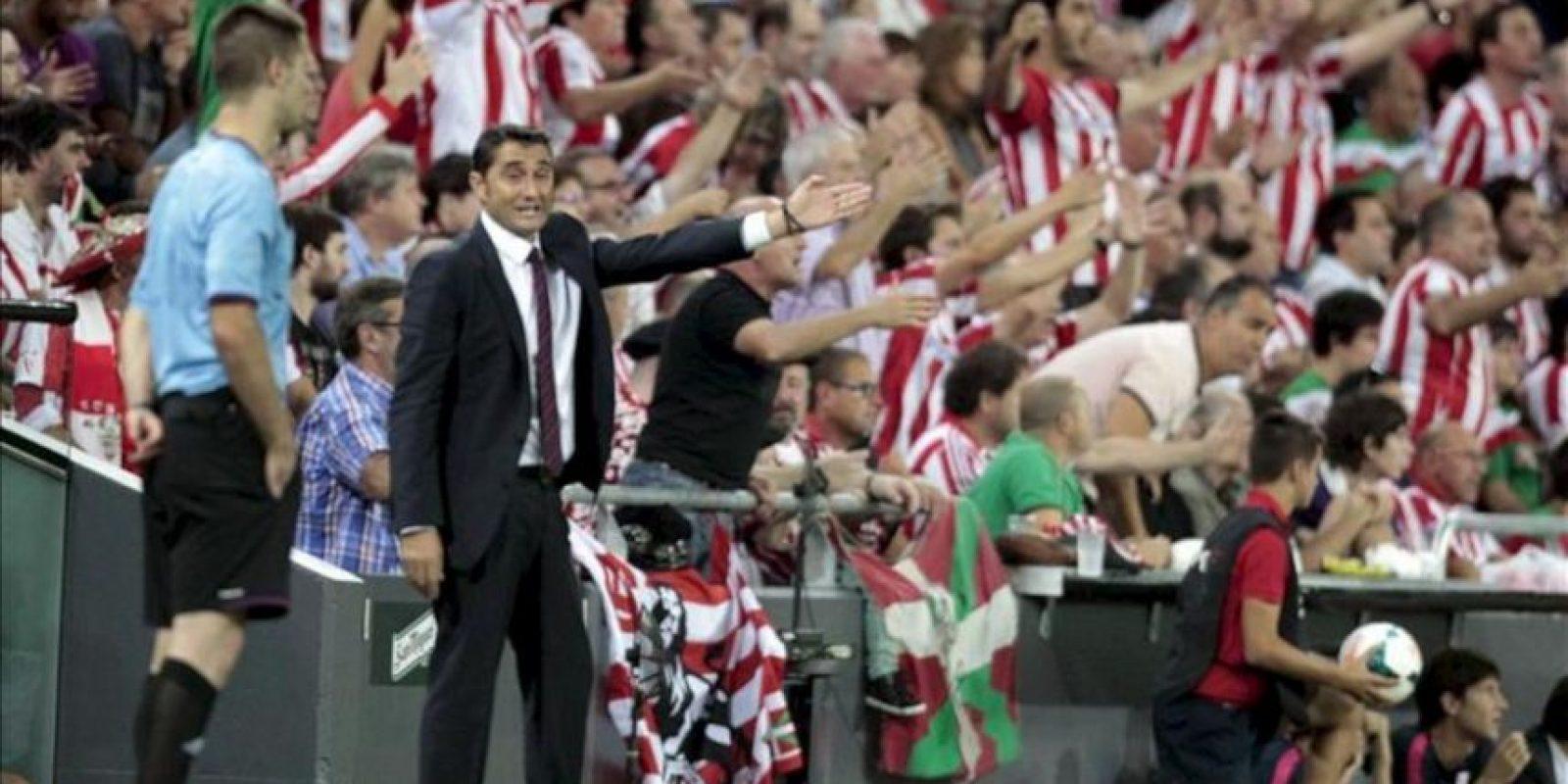 El entrenador del Athletic Club Ernesto Valverde (i) da instrucciones a sus jugadores, durante el partido de la sexta jornada de Liga de Primera División disputado ante el Real Betis en el estadio de San Mamés. EFE