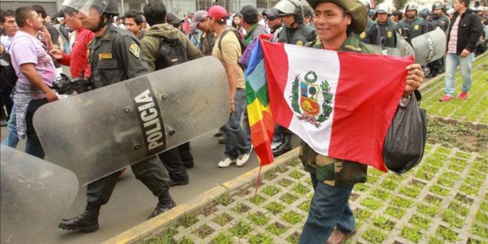 Miembros de la Confederación General de Trabajadores del Perú (CGTP) marchan por las calles escoltados por la Policía en Lima (Perú). EFE