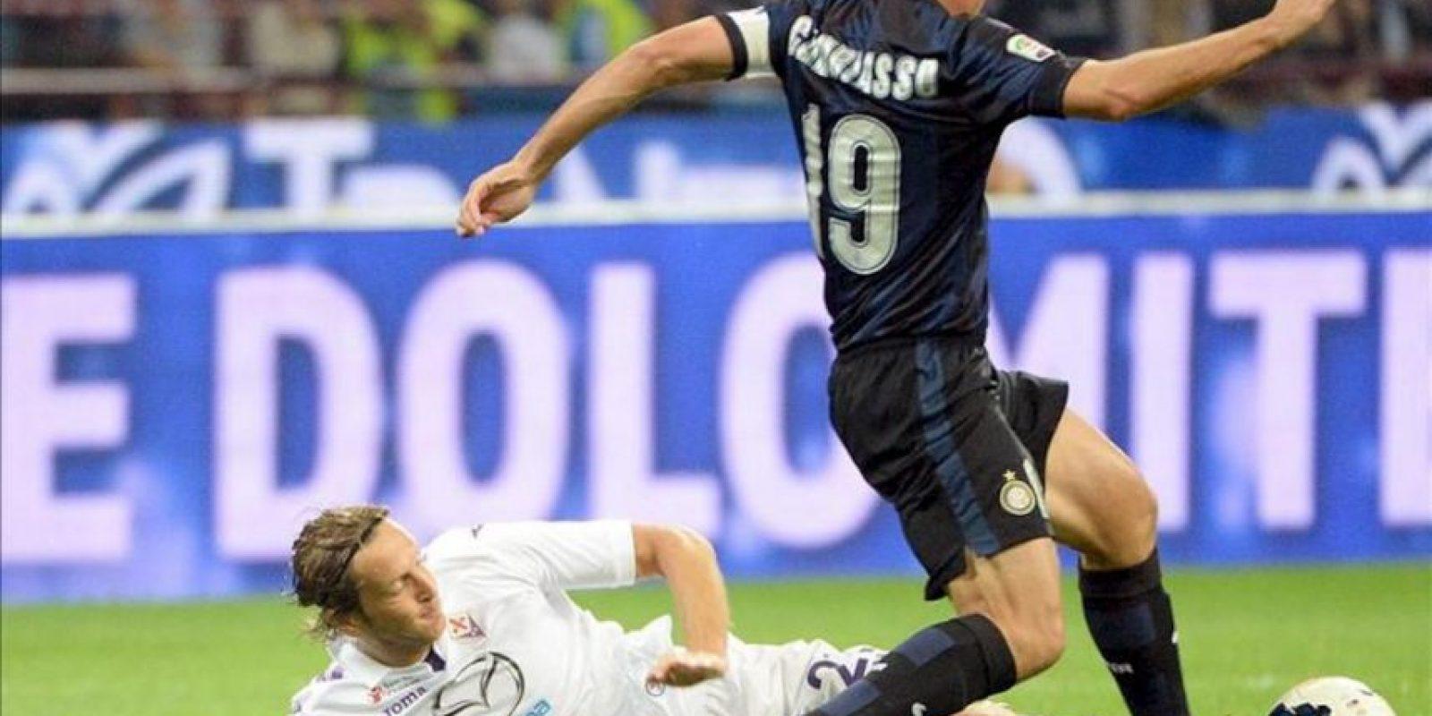 El jugador de Inter de Milán el argentino Esteban Cambiasso (d) disputa el balón con Massimo Ambrosini (i) de Fiorentina durante el juego de la Serie A italiana que se disputó en el estadio Giuseppe Meazza de Milán, Italia. EFE