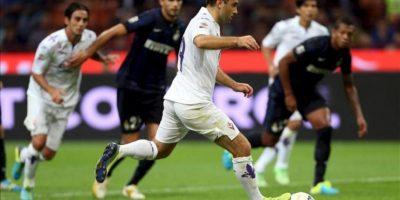 El jugador de Fiorentina Giuseppe Rossi (3d) anota un gol ante Inter de Milán el argentino durante el juego de la Serie A italiana que se disputó en el estadio Giuseppe Meazza de Milán, Italia. EFE