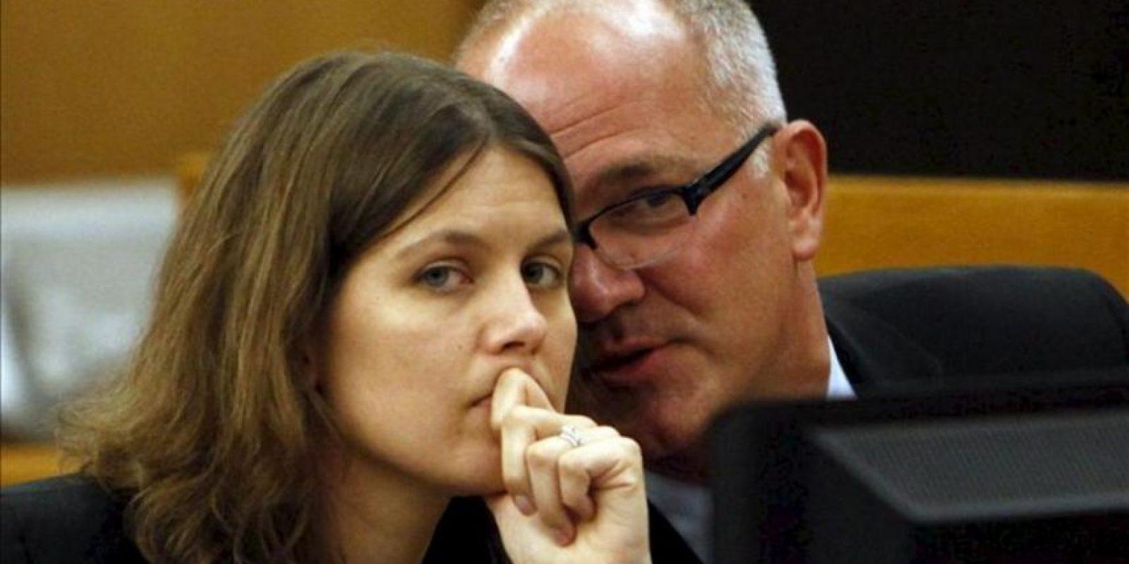 Los abogados de AEG Jessica Stebbins-Bina (i) y Marvin Putnam (d) hablan durante el argumento de refutación en el caso de la familia Jackson contra la promotora de conciertos AEG en Los Ángeles, California (EE.UU.) el 26 de septiembre de 2013. EFE