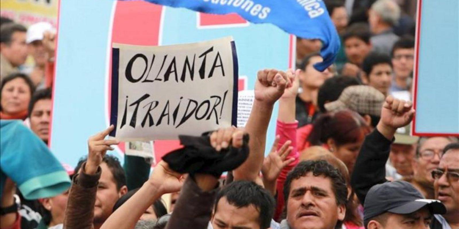 Cientos de miembros de la Confederación General de Trabajadores del Perú (CGTP) marchan por las calles en Lima (Perú). EFE